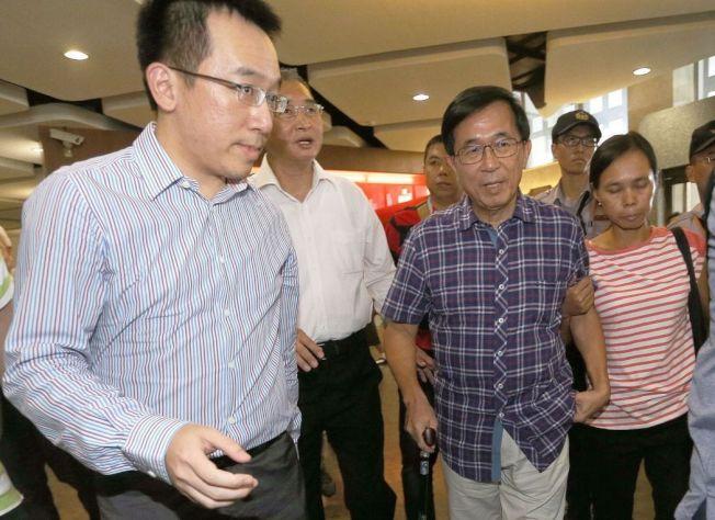 前總統陳水扁5月出席「阿母的目屎、向陳水扁總統致敬」音樂會,現場扁迷加油聲不斷,大喊阿扁無罪、加油。報系資料照