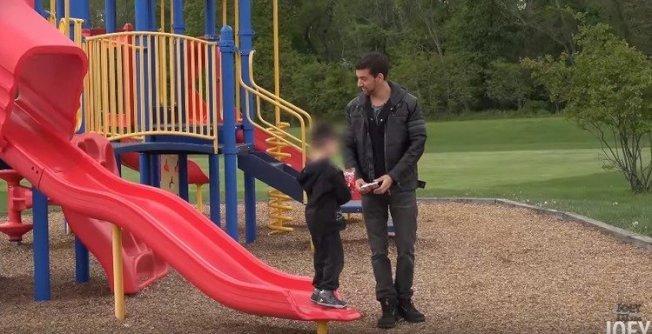 國外Youtuber做一項實驗,在忙著滑手機的爸爸面前用糖果拐走小孩,沒想到,爸爸竟然沒發現兒子不見了,還繼續沉浸在手機的世界裡。圖/翻攝自YouTube