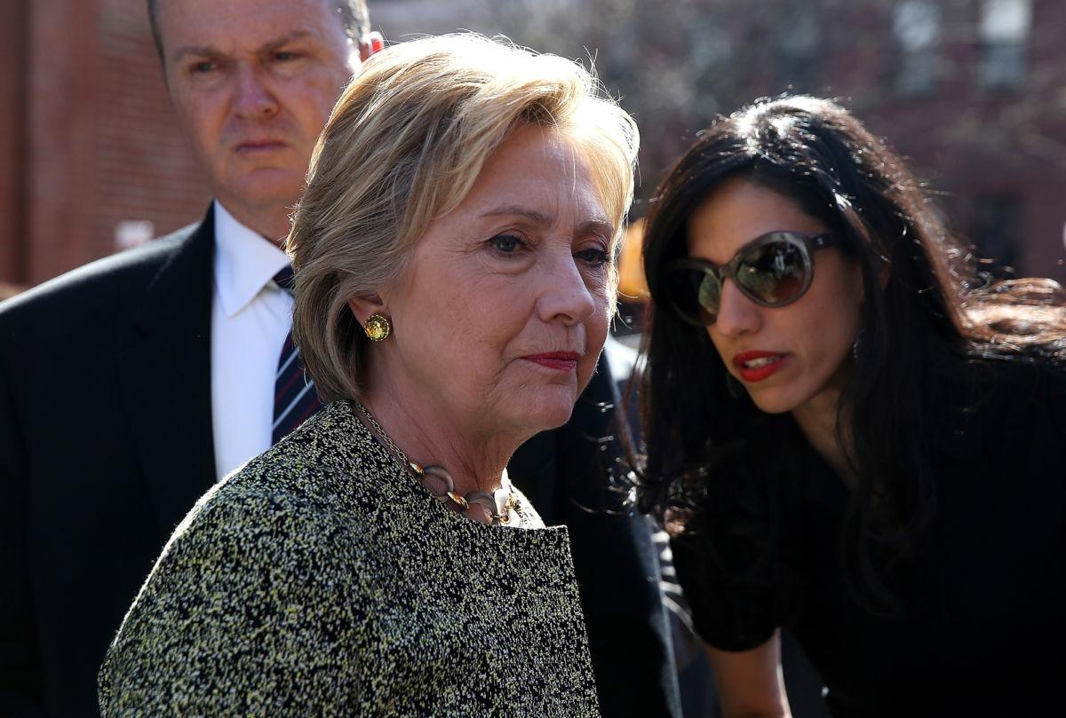 喜萊莉(左)與幕僚艾比汀(右)。(Getty Images檔案照)
