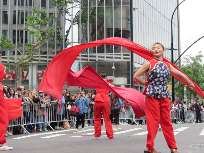 中國傳統舞蹈彩帶舞吸引民眾駐足欣賞。(記者顏嘉瑩/攝影)