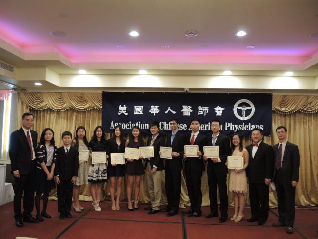 美國華人醫師會為青少年生物醫學科學獎獲獎者頒獎。(記者朱蕾/攝影)