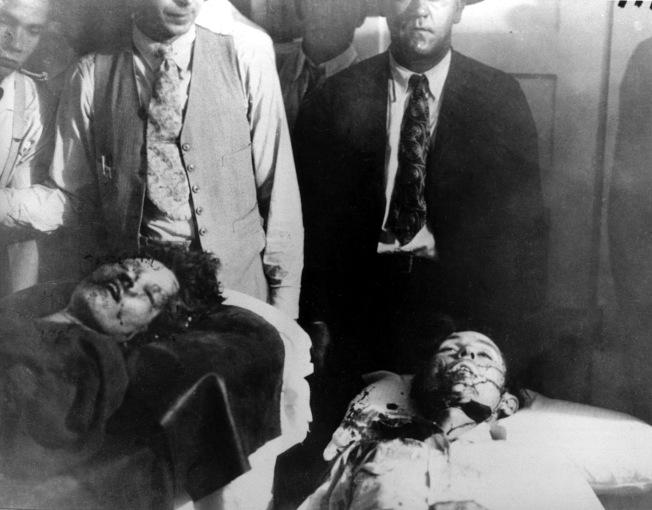 鴛鴦大盜邦妮.派克(左)和克萊.巴洛 (右),逃亡多時後,1934年5月23日在路易斯安那州遭埋伏的警察射殺身亡。(美聯社)