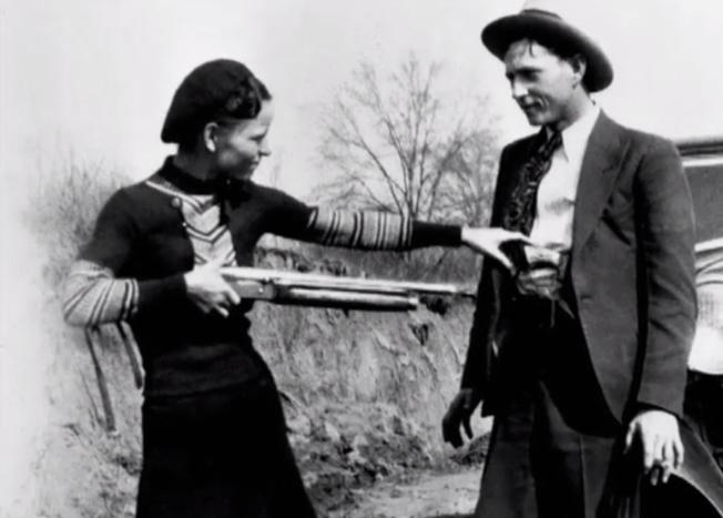 美國歷史上最惡名昭彰的鴛鴦大盜邦妮.派克(左)和克萊.巴洛 (右)。(History.com)