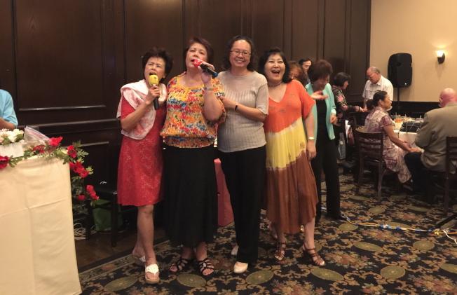 卡拉OK單元,新理事梁桂台(左二)與其姊(左一)_和來賓一起高歌。(記者陳文迪/攝影)