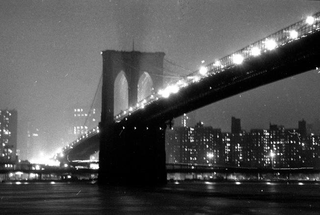 1983年5月22日的布碌崙大橋夜景。(美聯社)