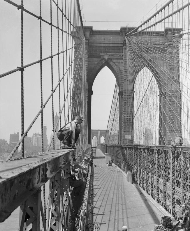 1950年5月24日,工人正修補布碌崙大橋,並將車道拓寬,從二線道擴增為六線道。(美聯社)