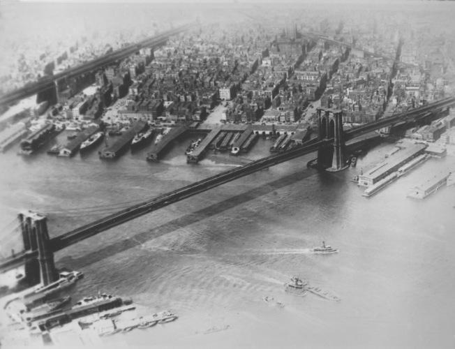 布碌崙橋橫跨東河連接曼哈頓(左側)與布碌崙。(美聯社)
