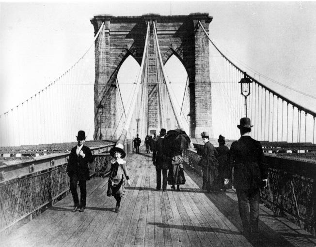 行人走過布碌崙大橋專為行人設計的長廊。(美聯社)