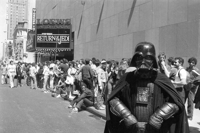 1983年5月25日,一位星戰迷化身為電影反派角色「黑武士」(Darth Vader),在紐約時代廣場的電影院排隊搶看《星際大戰六部曲:絕地大反攻》(The Return of the Jedi)。美聯社
