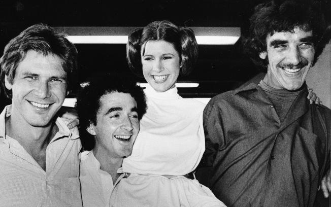 1978年10月5日,飾演韓索羅 (Han Solo) 的哈里遜·福特 (左)、飾演莉亞公主 (Princess Leia) 的凱莉·費雪 (右二) 與飾演機器人C3P0、丘巴卡 (Chewbacca) 的演員合影。美聯社
