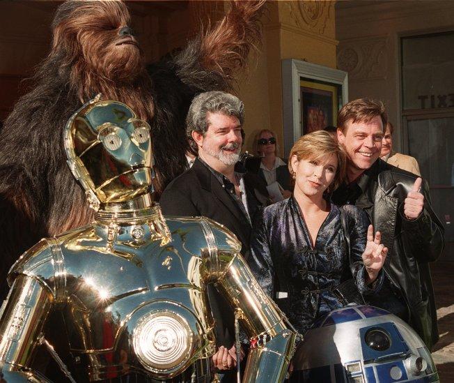 1997年1月18日,導演喬治·盧卡斯與電影主角在《星際大戰》特別版的世界首映會合影。美聯社