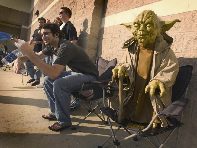 2005年5月18日,《星際大戰:西斯大帝的復仇》(Revenge of the Sith) 正式在全美上映,佛州一間電影院外大排長龍,其中一名星戰迷更帶著電影要角尤達 (Yoda) 雕像來占位。美聯社