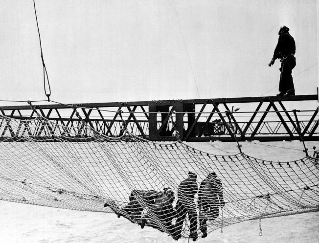 1935年9月2日,工人正在安裝造價$9.8萬美元、覆蓋所有金門大橋建造區域的安全網。(美聯社)