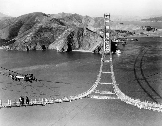 1935年10月25日,工人們正在建造金門大橋的纜線。(美聯社)