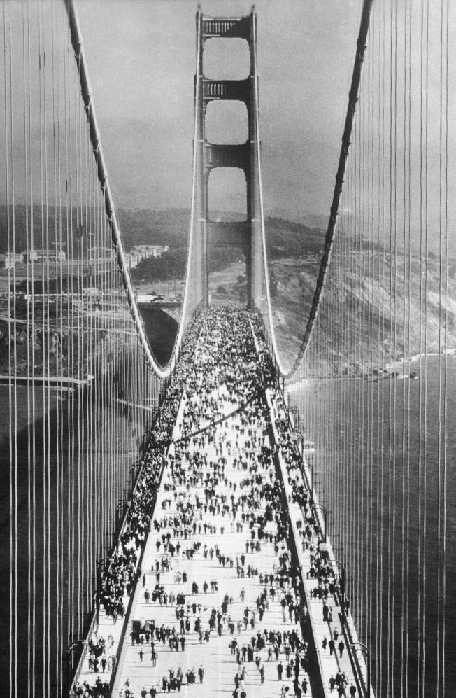1937年5月27日,金門大橋正式啟用當天的人潮盛況。(美聯社)