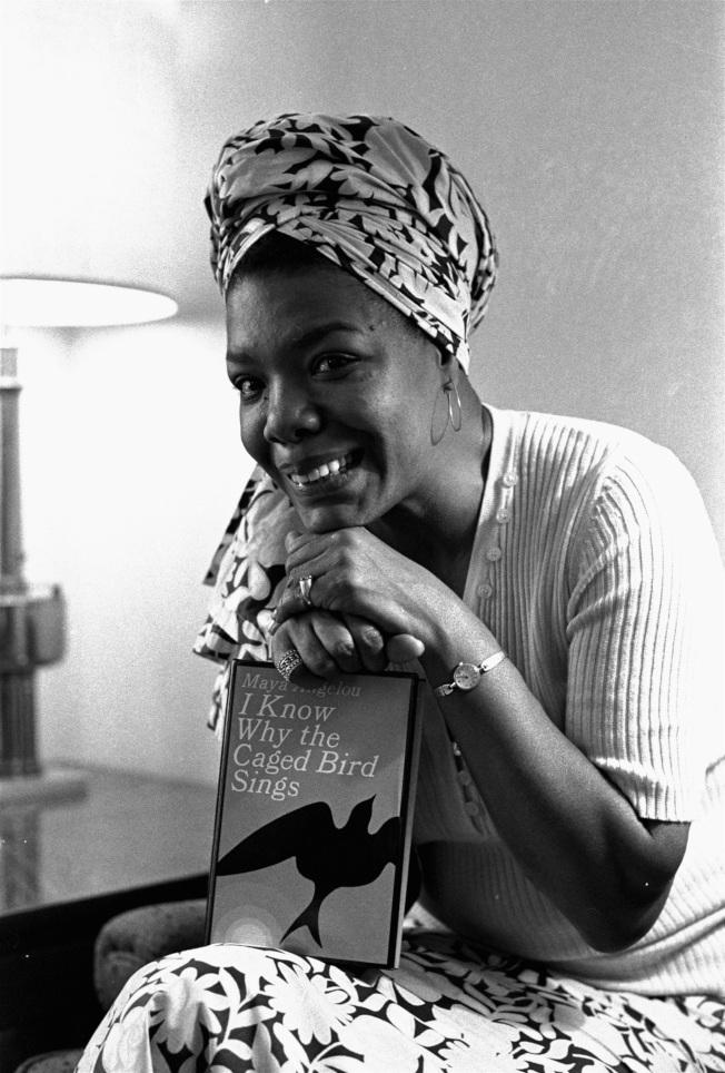 1971年11月3日,瑪雅·安傑盧被聘任導演兼編劇,將自己寫的傳記拍成電影「籠中鳥」(Caged Bird),成為史上第一位黑人女性導演。(美聯社)