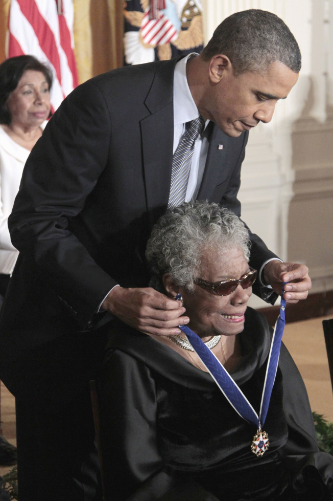 2011年2月15日,時任總統歐巴馬(上,Barack Obama)為瑪雅·安傑盧掛戴總統自由勳章(Presidential Medal of Freedom)。(美聯社)