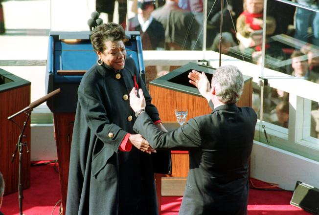 1993年1月20日,瑪雅·安傑盧(左)受邀至時任總統柯林頓(右,Bill Clinton)的就職典禮,為他朗誦自己的詩作