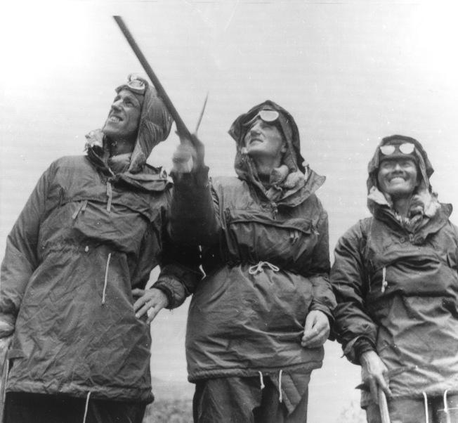 1953年初,登山家艾德蒙·希拉里 (左,Edmund Hillary)、上校約翰·杭特 (中,John Hunt)、雪巴嚮導丹增·諾蓋 (右,Tenzing Norgay) 在離開尼泊爾首都、攻頂之前,望了聖母峰最後一眼。(美聯社)