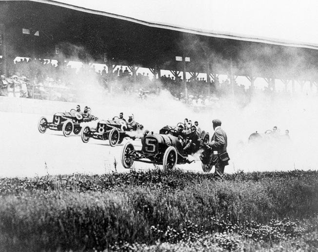 1911年5月30日,第一屆印第500參賽車手進行第一圈賽跑。(美聯社)