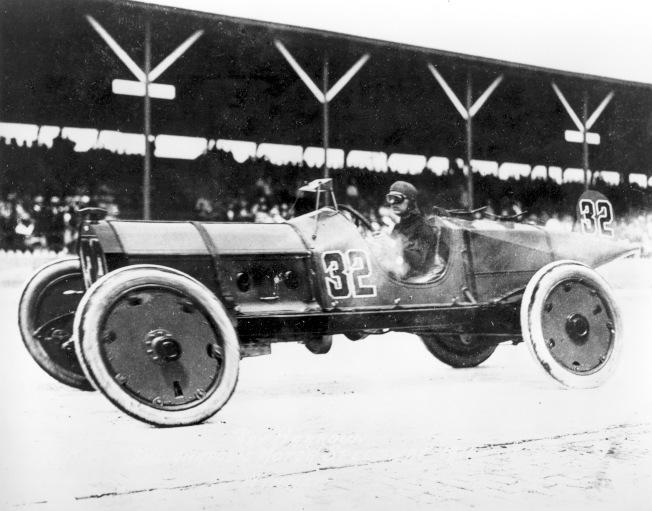 1911年5月30日,賽車手雷·哈任 (Ray Harroun) 開著他的32號賽車 Marmon Wasp 衝向終點線,勇奪第一屆印第500賽車冠軍。(美聯社)
