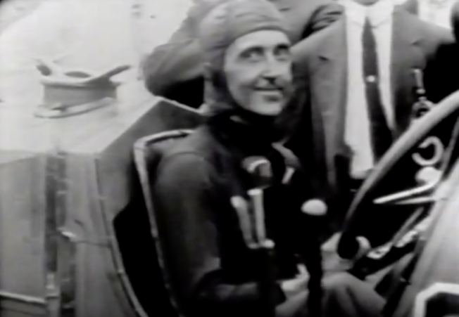 1911年5月30日,贏得第一屆印第500賽車冠軍的賽車手雷·哈任 (Ray Harroun) 在駛過終點線後,向觀眾微笑。(截自YouTube 印第安納州立圖書館)