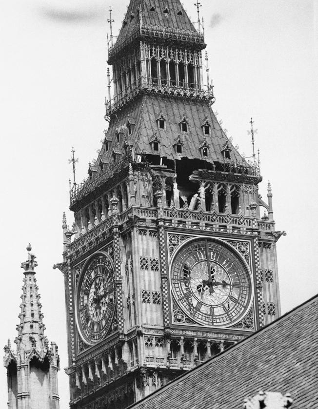 1941年5月12日,一顆炸彈擊中聖史蒂芬鐘塔,巨鐘上方表層損傷清晰可見,但大笨鐘未受影響,持續正常運作。(美聯社)