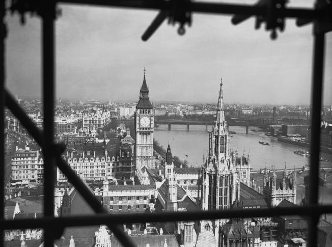 1939年4月13日,從英國國會大廈的維多利亞塔 (Victoria Tower) 往大笨鐘方向望去。(美聯社)
