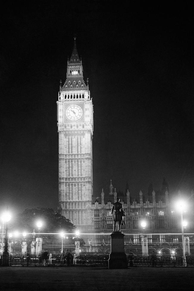1931年7月21日,英國倫敦為三年一度的國際彩燈會 (International Illuminations Congress) 進行彩排,大笨鐘被環繞四周的燈火照亮。(美聯社)