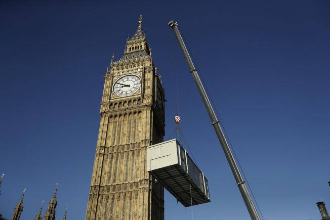 2017年4月9日,大笨鐘周圍進行大幅度的維修作業,以翻新英國國會大廈150年來的破損牆面與老舊防災設備。此浩大工程預計將花數年時間才能修復完畢。(美聯社)