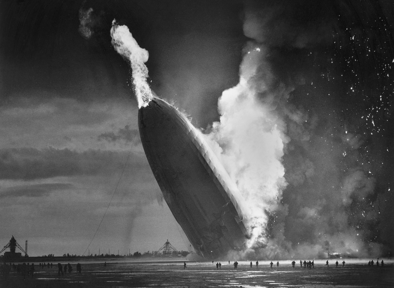 「興登堡號」爆炸後,尾部起火著地。(美聯社)
