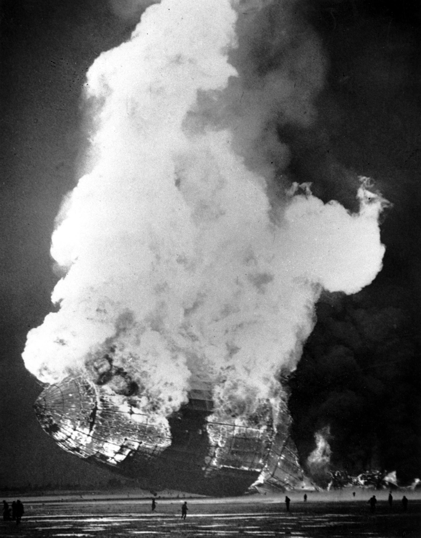 熊熊烈火吞噬了這艘史上最大的飛船。(美聯社)
