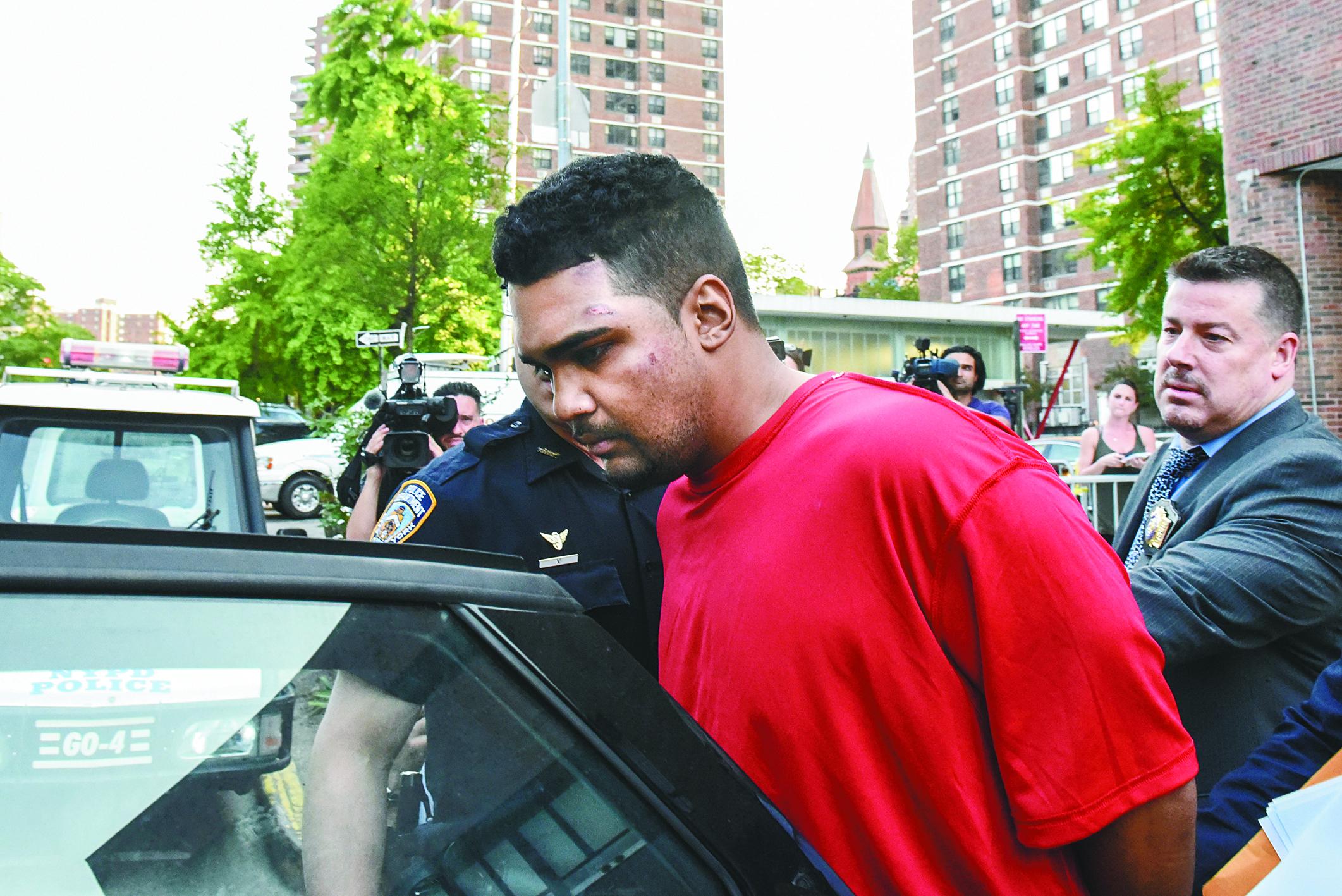 圖為嫌犯Rojas在盤問後帶出警局移送檢方。(路透)