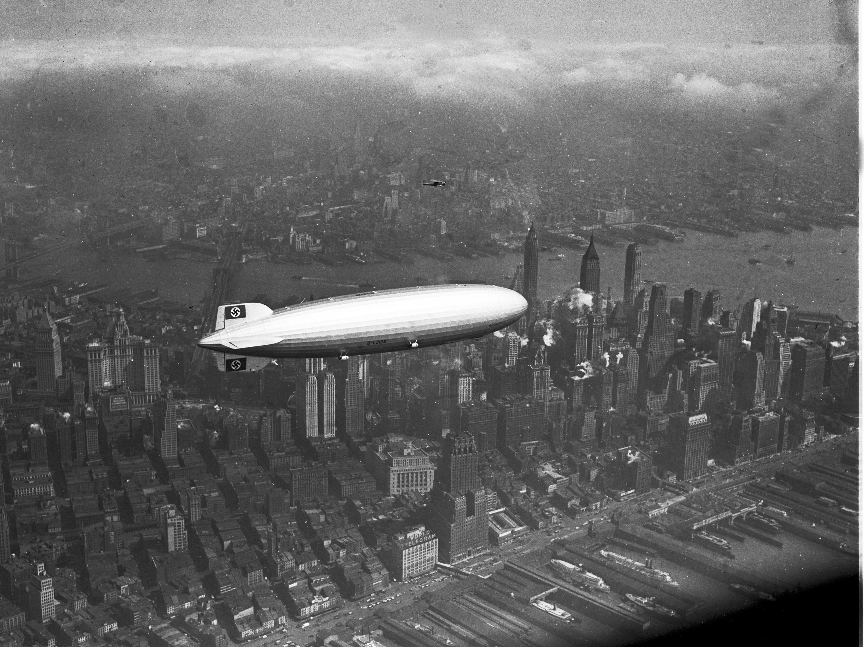 「興登堡號」飛越紐約上空。(美聯社)