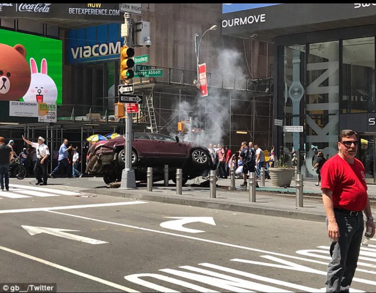 肇事汽車最後因撞上電線桿而停下來。(推特)