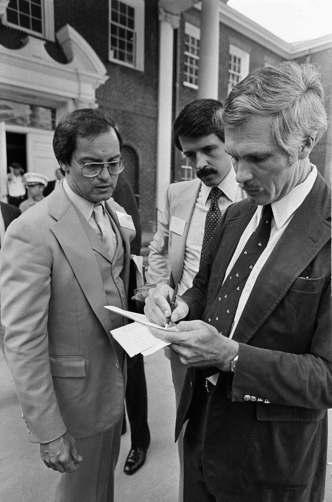1980年6月1日,CNN創辦人泰德‧透納 (右,Ted Turner) 與兩位工作夥伴在CNN開播前做最後確認。(美聯社)