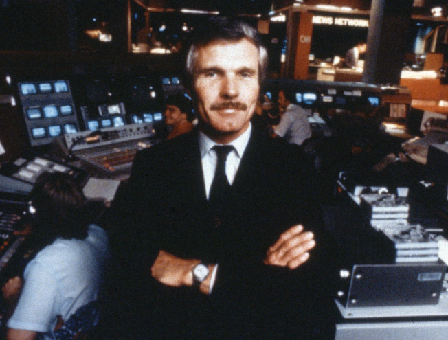 1985年,CNN創辦人泰德‧透納 (Ted Turner) 在CNN新聞棚前亮相。(美聯社)
