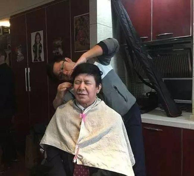 「中國川普」李良偉化妝過程。(取材自每日郵報)