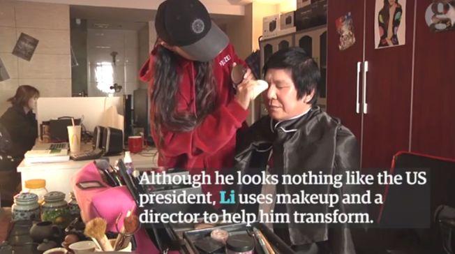 川版「川普」李良偉正在化妝。(取材自微博)