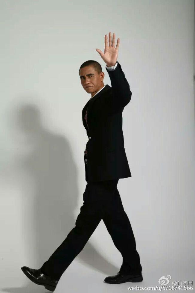 川版「歐巴馬」肖基國攝影棚擺拍。(取材自微博)