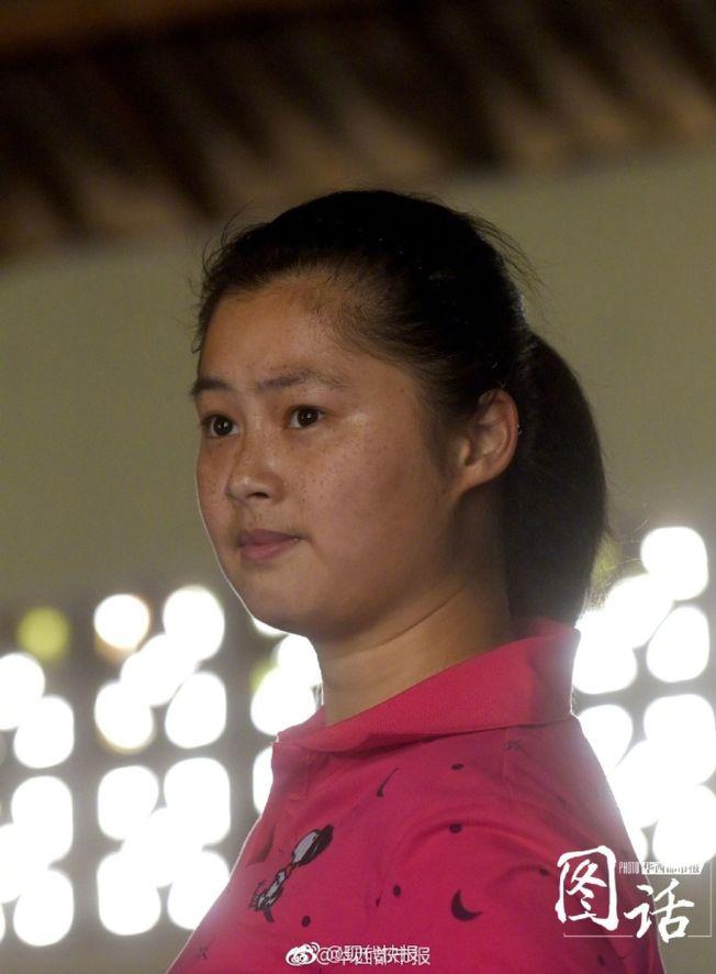閒暇時間,張婉迪安靜得跟練習武術時的那個她判若兩人。(取材自微博)