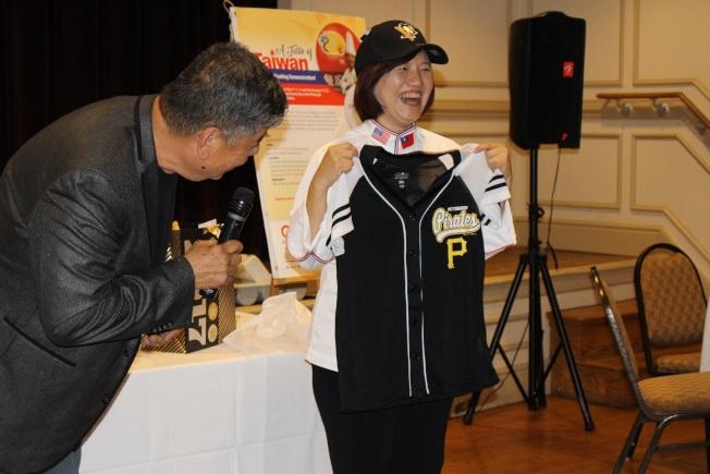 李怡君高興獲贈匹茲堡海盜職棒球衣球帽。(記者張瓊月/攝影)