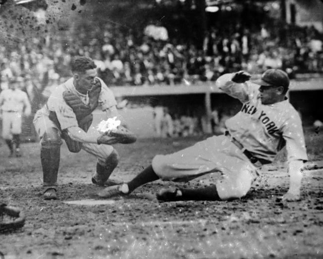 1925年6月25日,當時隸屬紐約洋基隊的貝比‧魯斯 (右) 安全回到本壘。(美聯社)