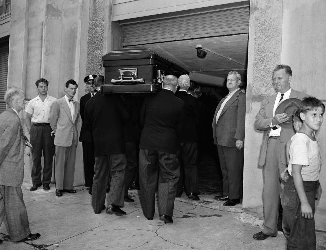 1948年8月17日,也就是貝比‧魯斯逝世隔天,他的遺體正被搬至洋基球場,讓懷念他的球迷瞻仰。(美聯社)