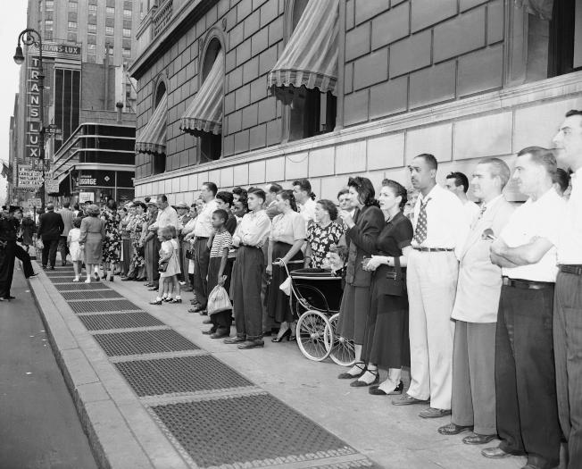 1948年8月17日,也就是貝比‧魯斯逝世隔天,其遺體在洋基球場待了兩天。圖為大批球迷在洋基球場外,排隊等著見他最後一面。(美聯社)