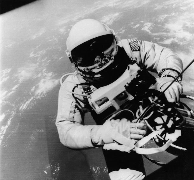 1965年6月3日,美國太空人愛德華‧懷特 (Edward H. White II) 正爬出太空艙,準備往外太空移動。美聯社