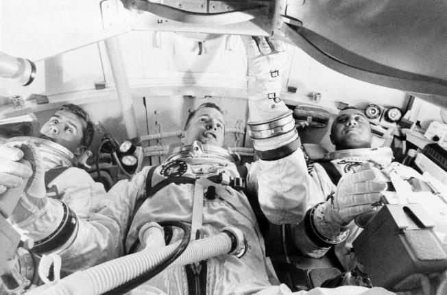 1967年1月27日,由愛德華‧懷特 (中,Edward H. White II) 駕駛的阿波羅一號太空艙 (Apollo 1) 在測試時發生大火,當時在艙內的三名太空人皆不幸遇難。圖為三人在座艙中進行例行測試。美聯社