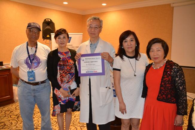 華人抗癌接力大會榮譽主席李慶雯(左二)、2017年南加州華人抗癌接力大會主席杜思佳(左四)向臧大同醫師(中)頒發感謝狀。(記者高梓原/攝影)
