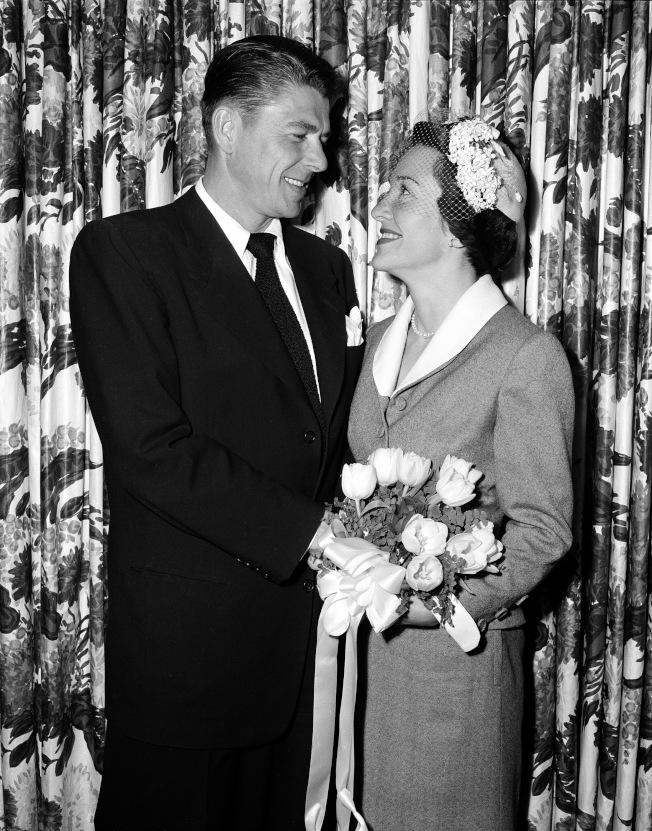 1952年3月4日,雷根 (左) 與女演員南西 (右) 結婚,兩人結褵52年。(美聯社)