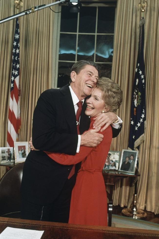 1984年1月30日,雷根總統 (左) 由第一夫人南西 (右) 陪同,在白宮宣布角逐連任。(美聯社)
